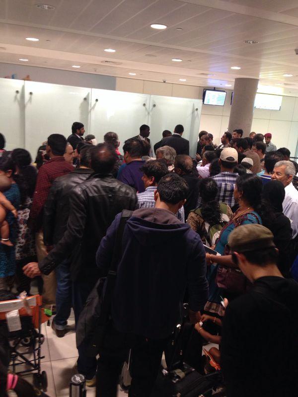 Passageiros diante do balcão de informações da Etihad em Abu Dhabi (Crédito: Nelcy Del Grossi)