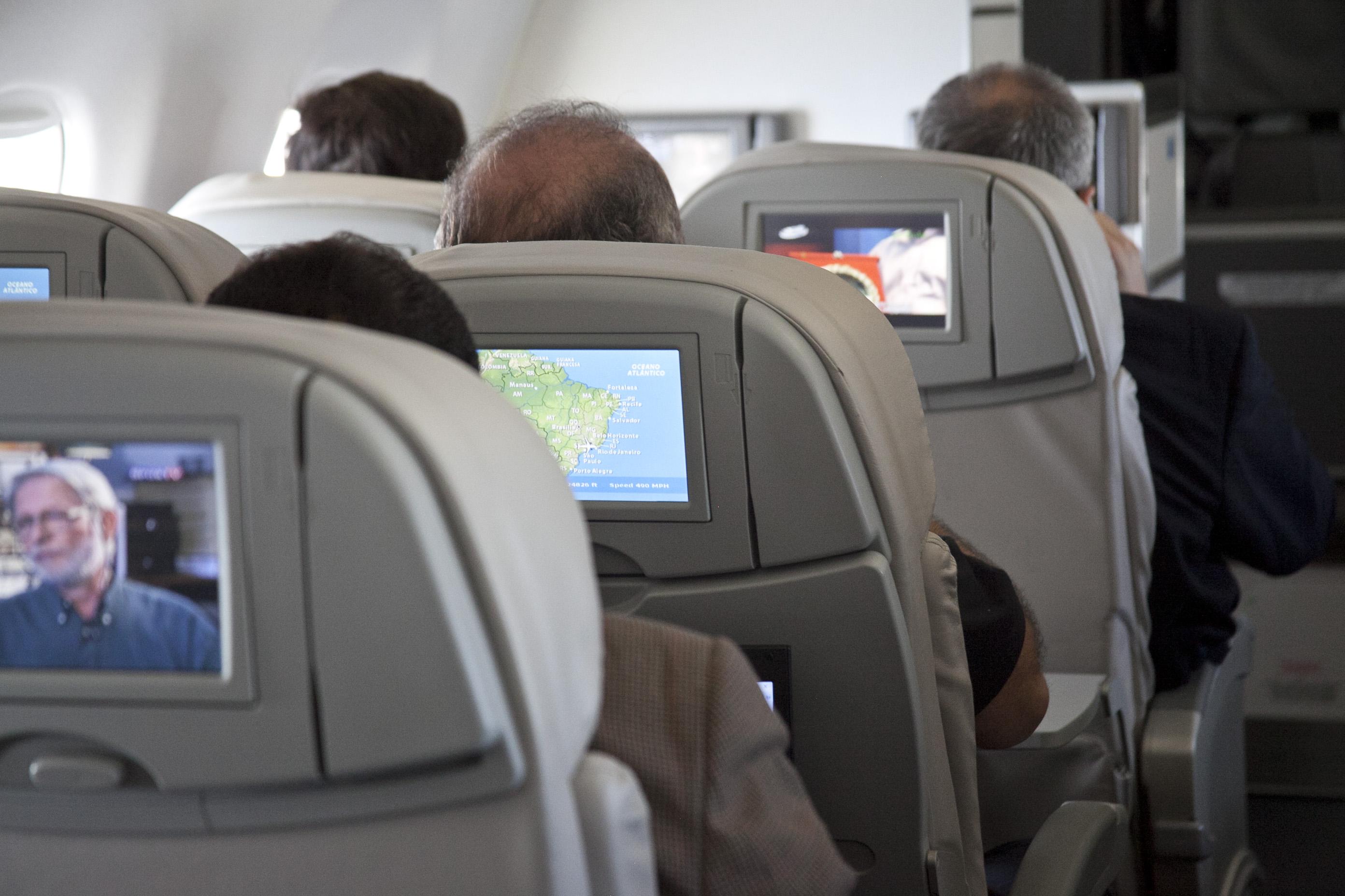 Monitores individuais de TV a bordo de avião da Azul (Divulgação)