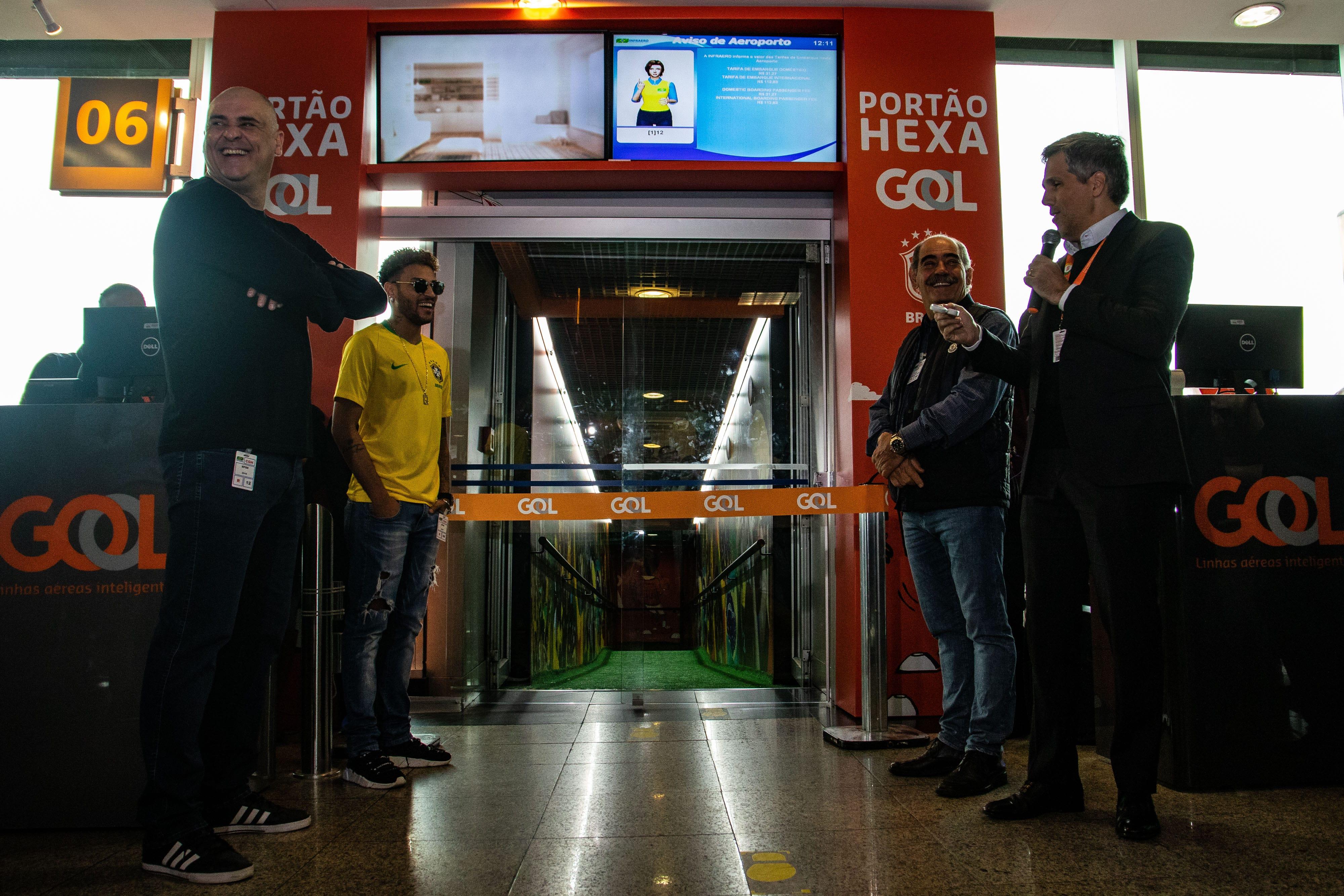 O presidente da Gol, Paulo Kakinoff (à dir.), fala durante inauguração do Portão Hexa em Congonhas. Os campeões do mundo Marcos (à esq.) e Rivelino também participaram, além de um sósia de Neymar