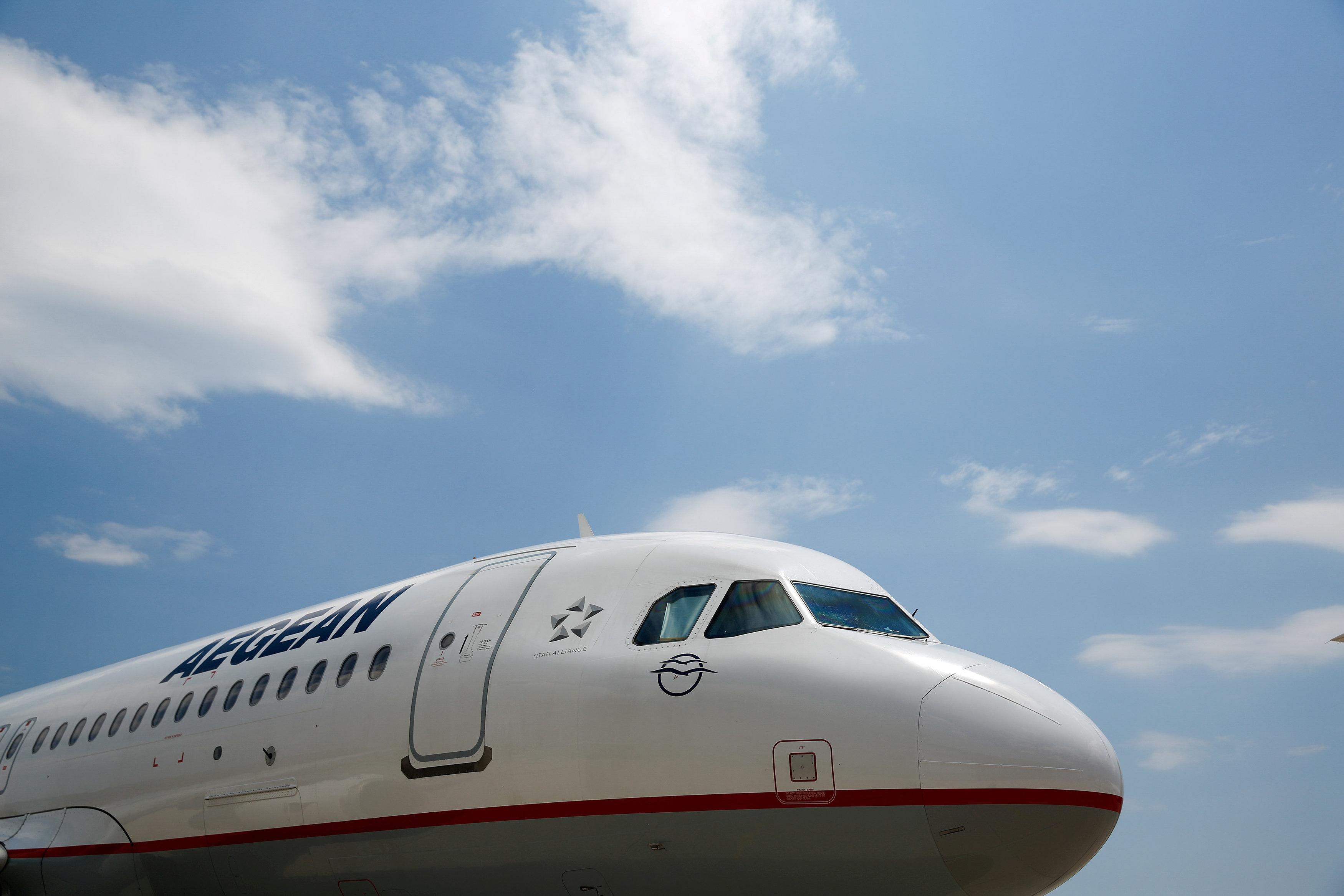 Nariz 'gordo' e para-brisa com arestas quadradas atestam: este avião é um Airbus; neste caso, um A320 (Foto: Costas Baltas/Reuters)