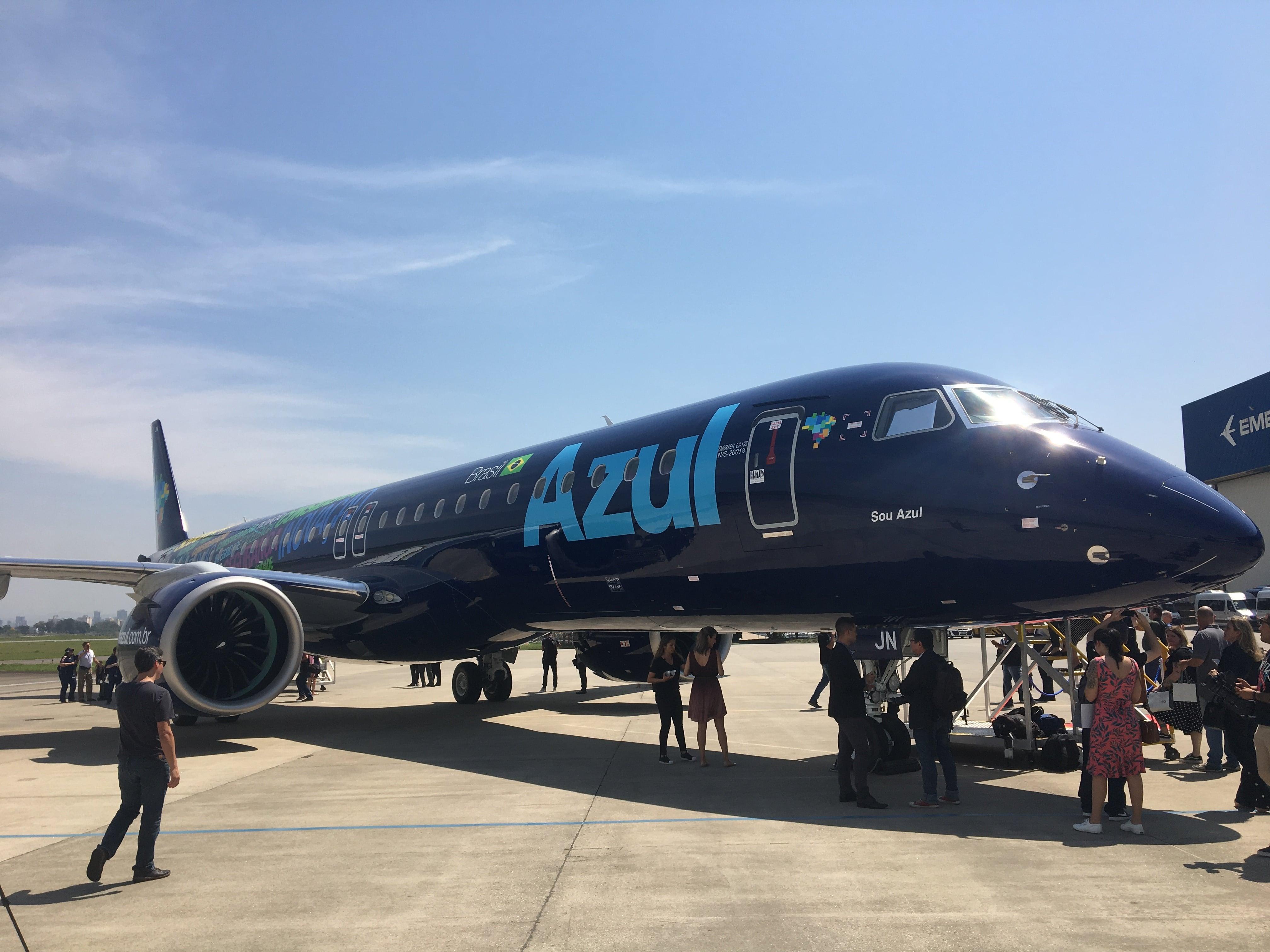 O E195-E2 da Azul, primeira companhia aérea a receber o novo avião da Embraer (Foto: Guilherme Magalhães/Folhapress)