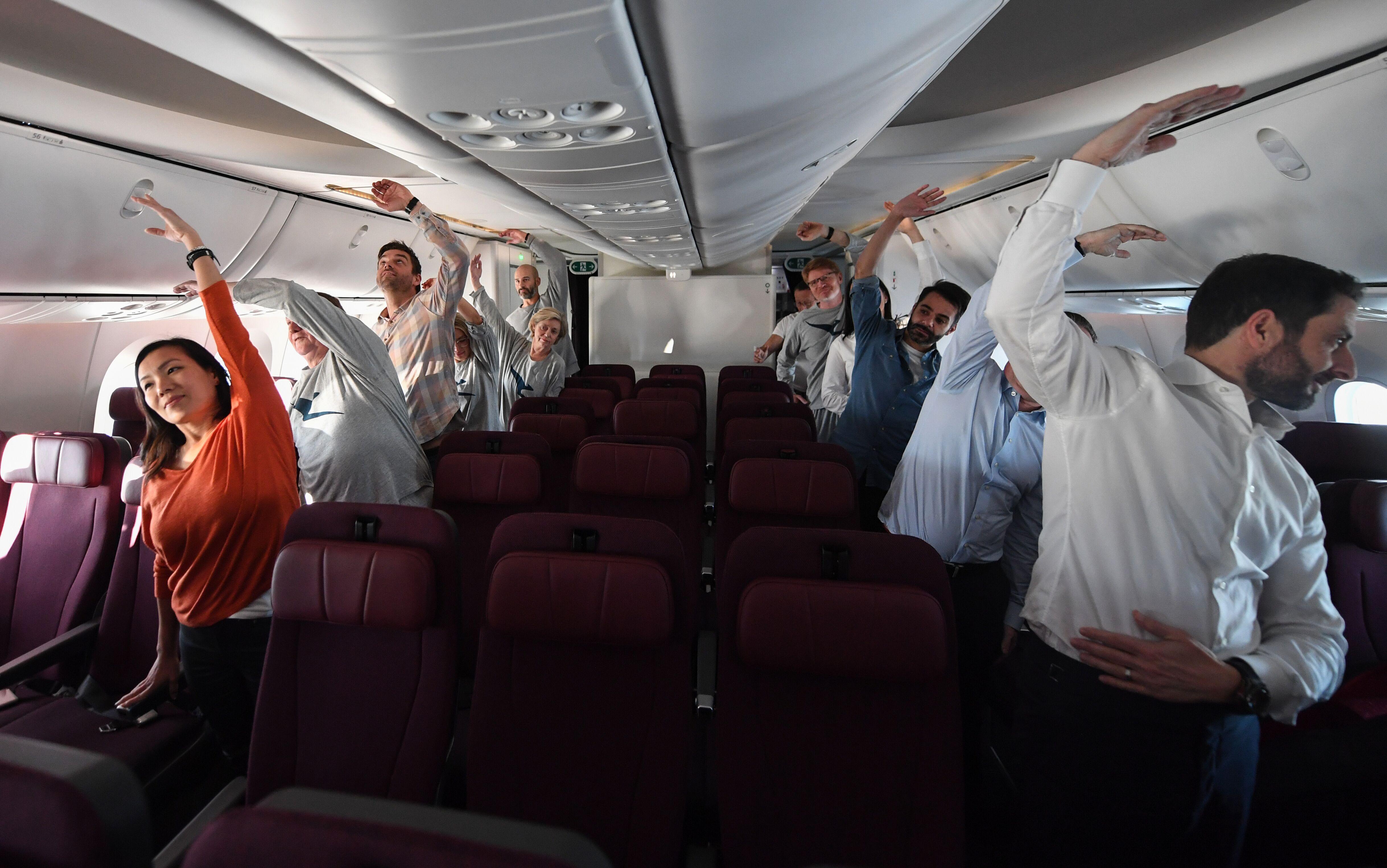 Passageiros do voo Londres-Sydney fazem alongamentos para amenizar jet lag (Foto: Divulgação/Qantas)